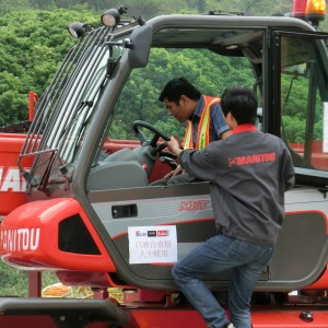 Manitou's technician arrived Hong Kong and performed operation training for operator.