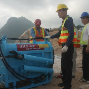 Seoul's Korean experience technician also came to Hong Kong, performing the best way to operate their Rock Splitters.